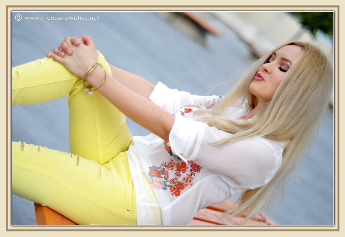 03_yellow_jeans_musette_bag_zara_heels