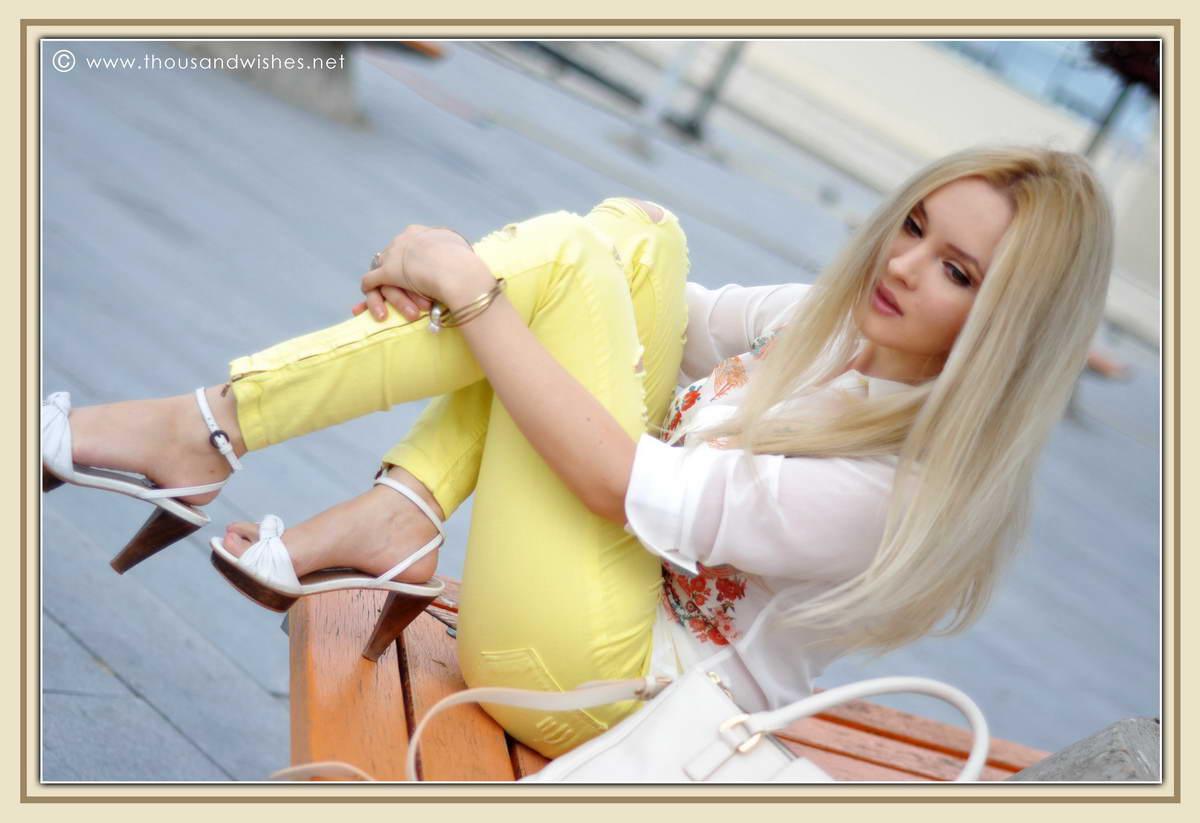 04_yellow_jeans_musette_bag_zara_heels