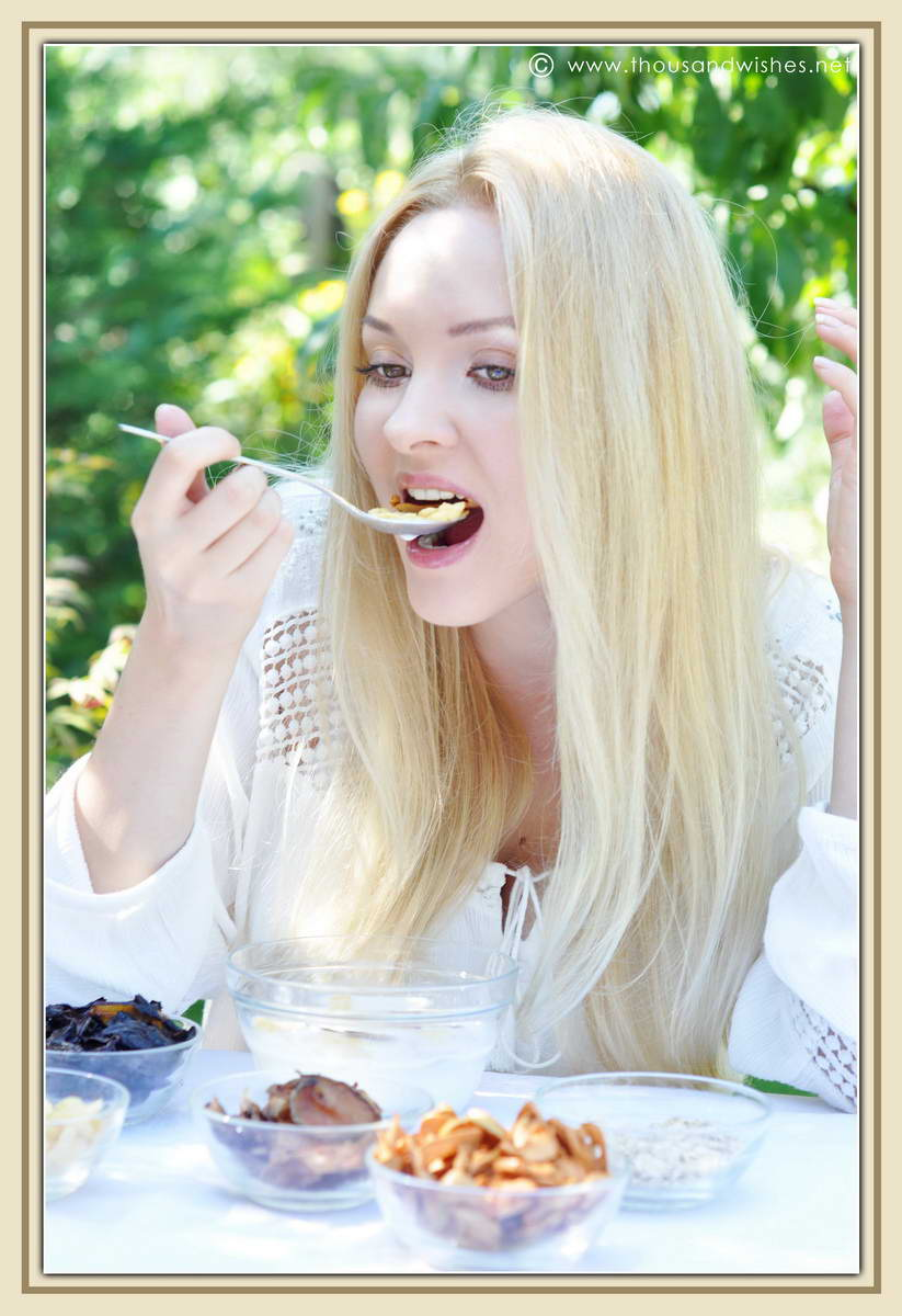 23_blonde_eating_breakfast_dried_fruits_cereals