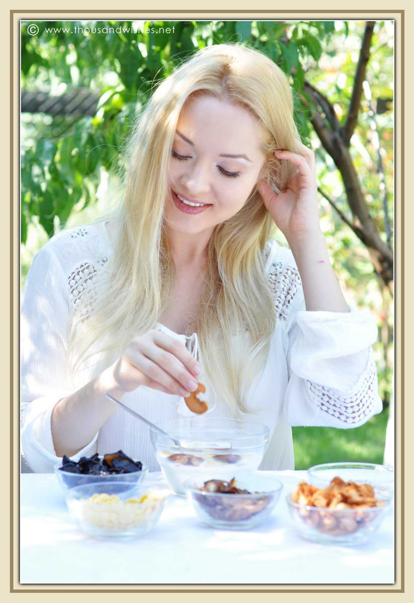 24_blonde_eating_breakfast_dried_fruits_cereals