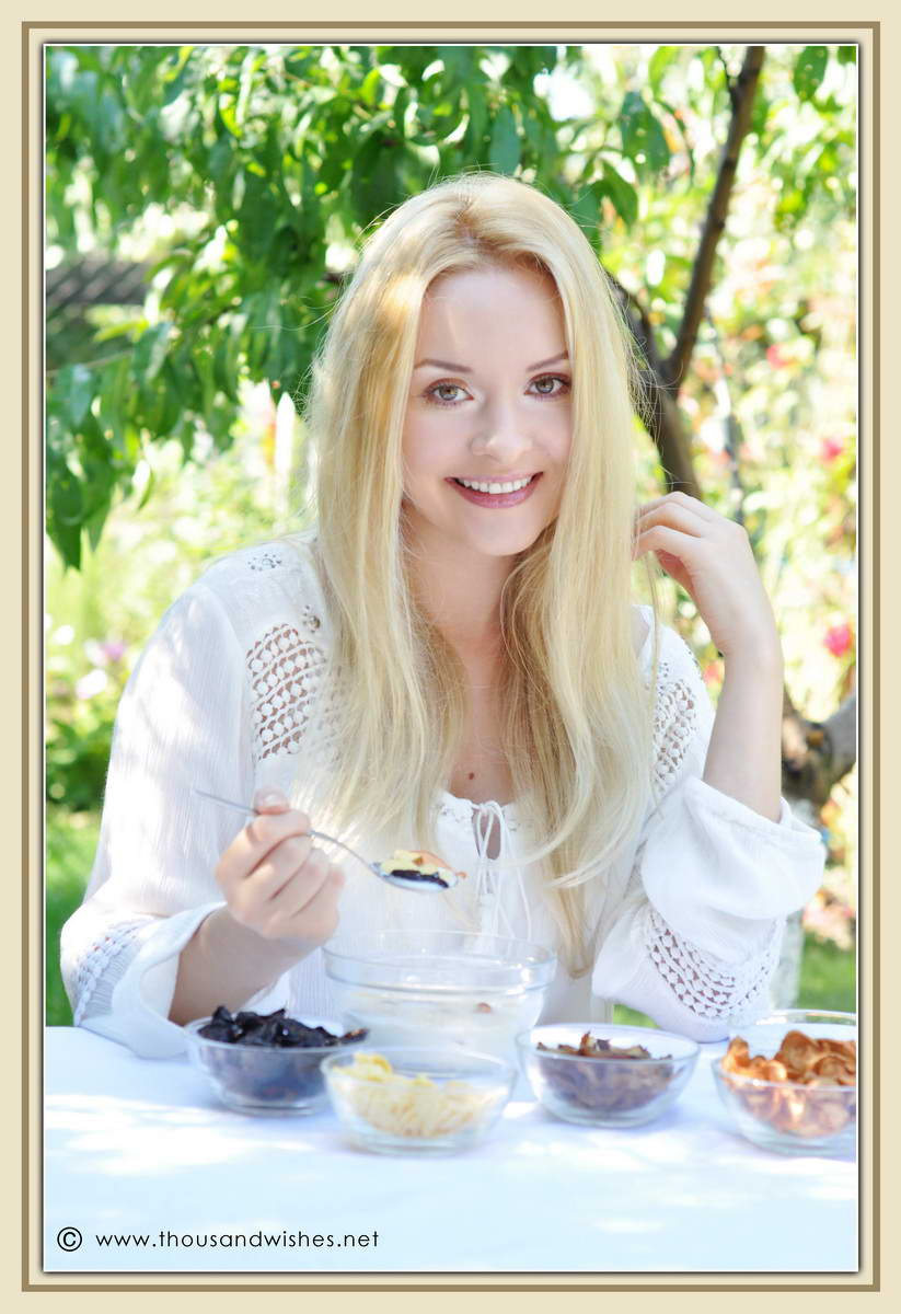 28_blonde_eating_breakfast_dried_fruits_cereals