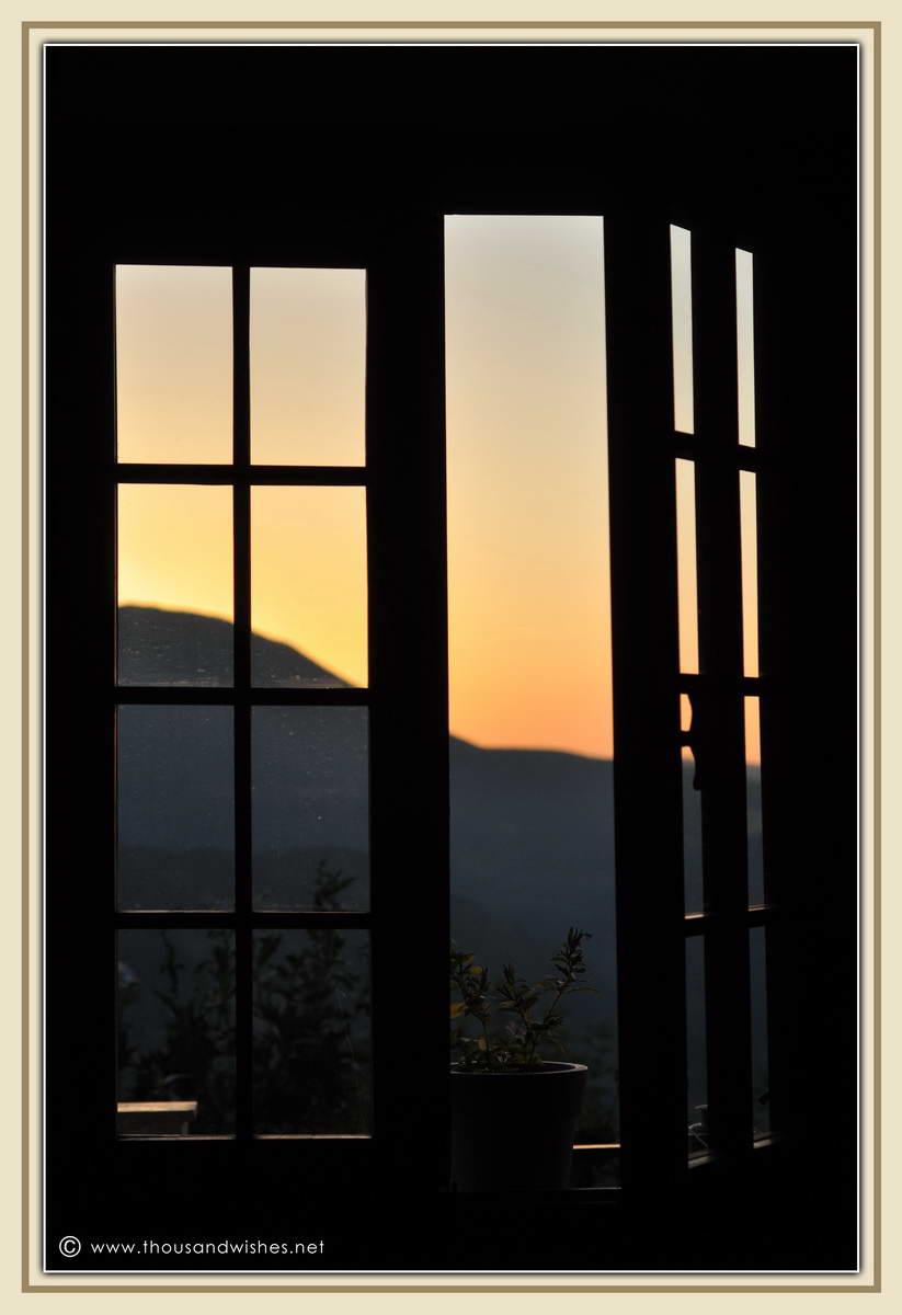 01_window_view_mountain