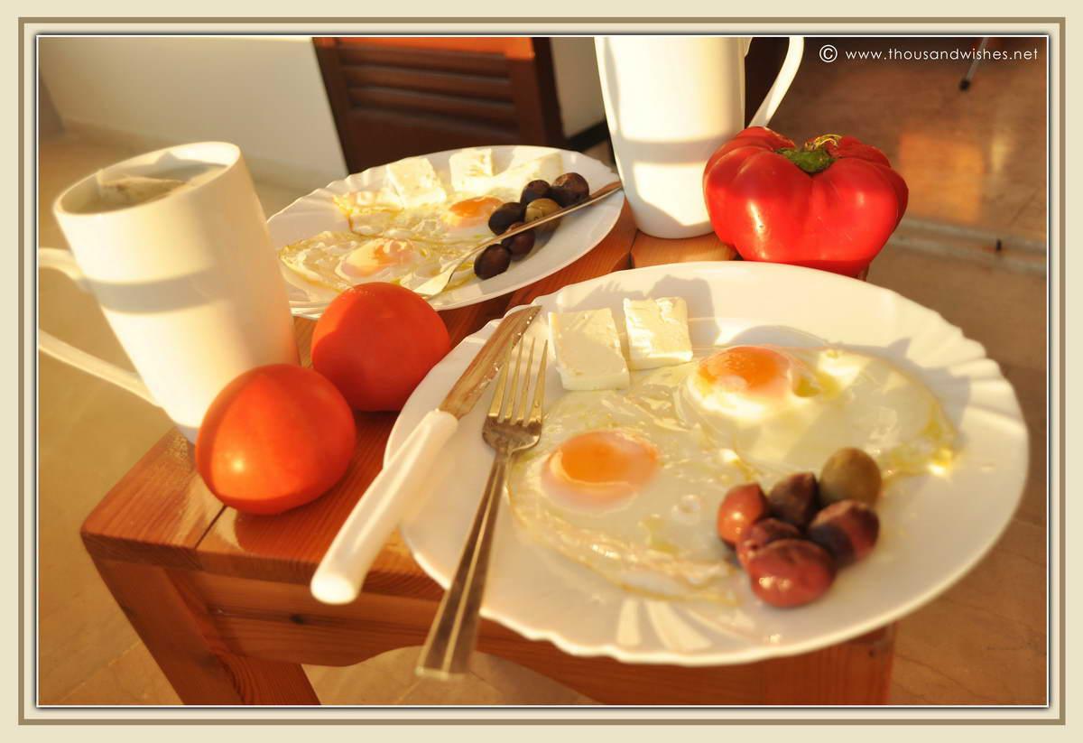04_fried_eggs_breakfast_olives