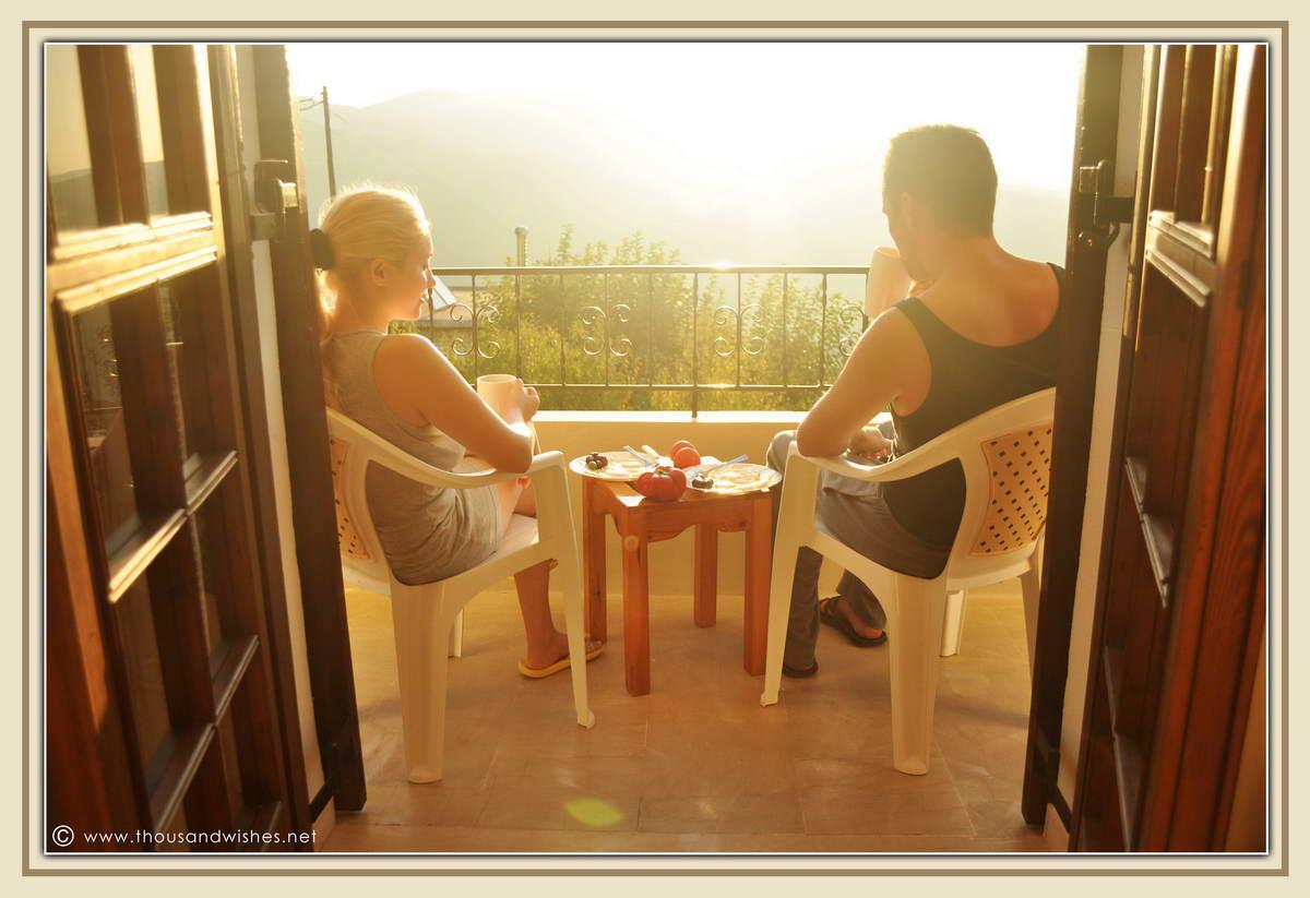 05_breakfast_balcony