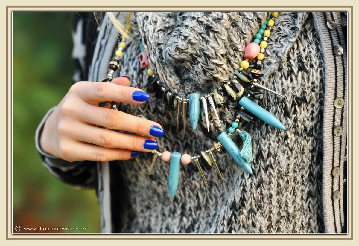 03_grey_knit_blue_nailpolish