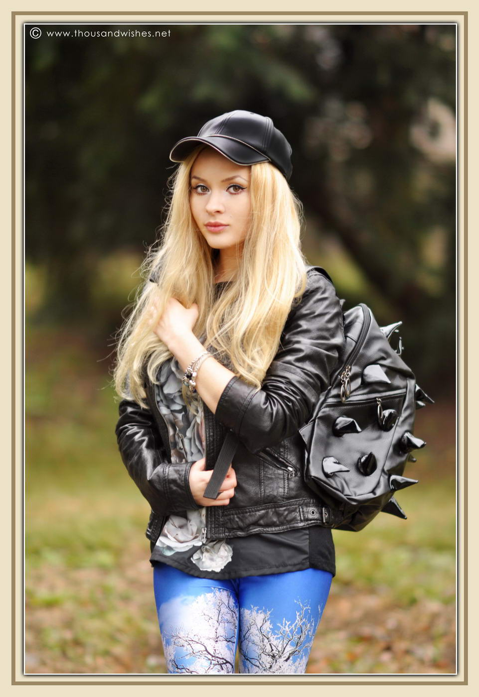 08_winter_scenery_leggings_hedgehog_bag_black_leather