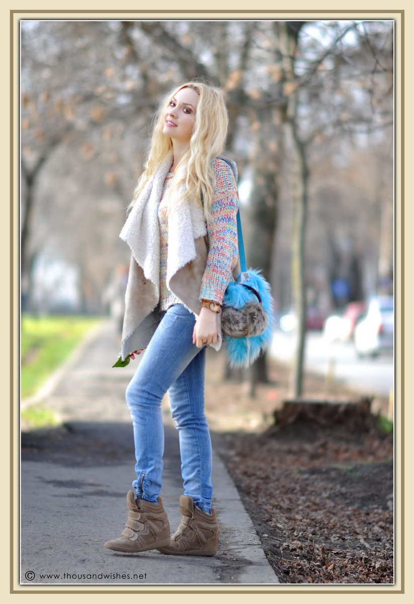 13_colorful_knit_fluffy_blue_bag_jeans_beige_fur