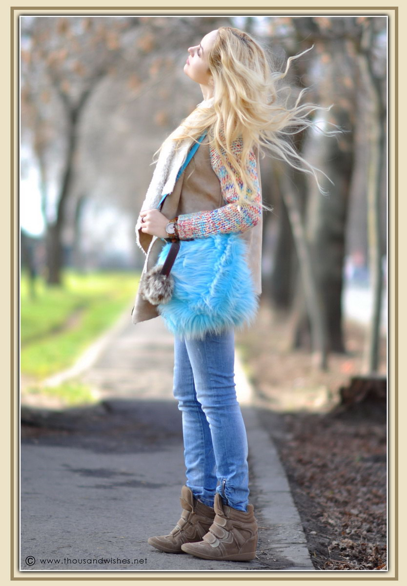 14_colorful_knit_fluffy_blue_bag_jeans_beige_fur