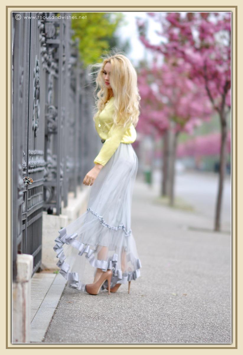 02_grey_skirt_yellow_shirt
