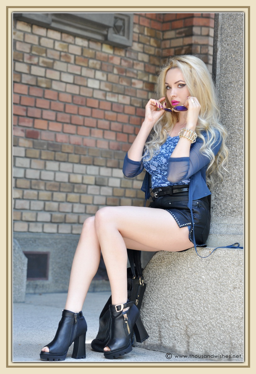13_leather_black_shorts_blue_glasses_chuncky_boots