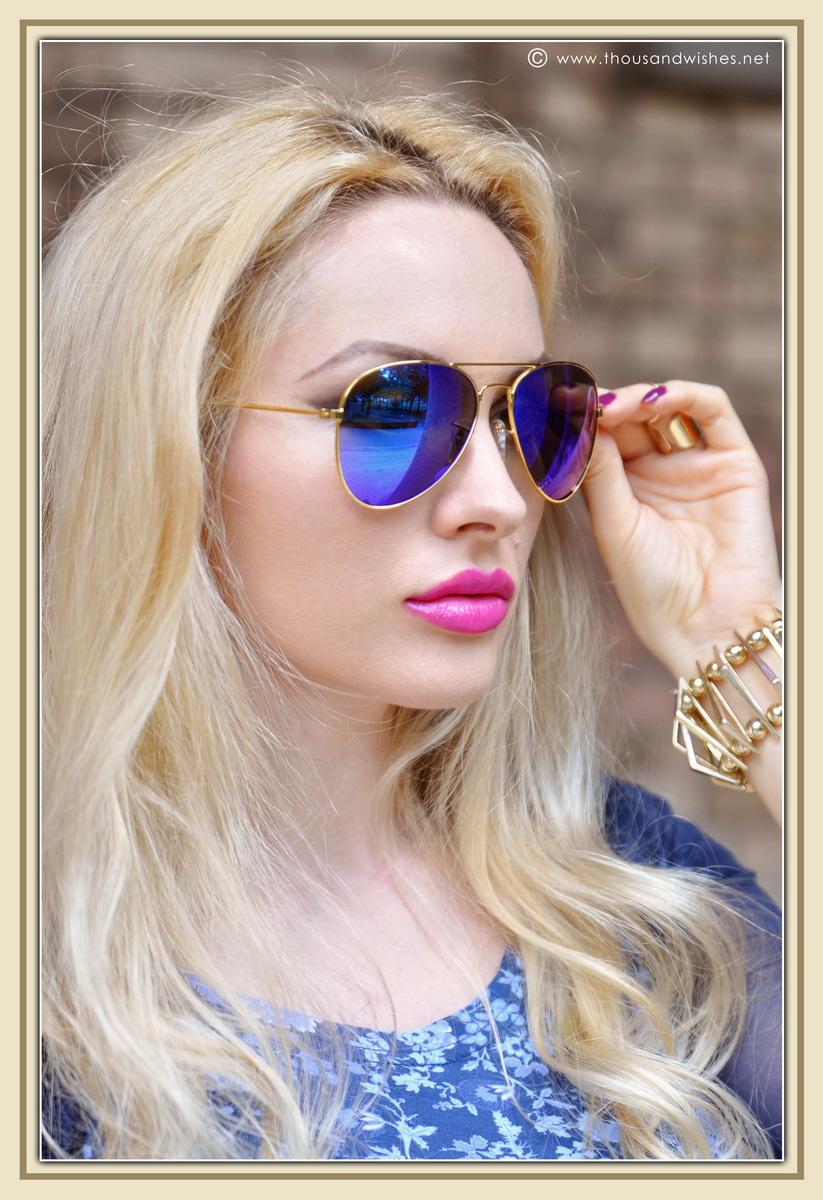 25_blonde_fucsia_lips_blue_glasses