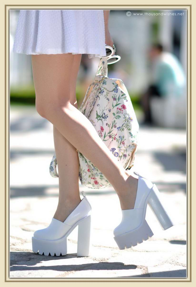 26_all_white_outfit_flower_backpack_chunky_heels