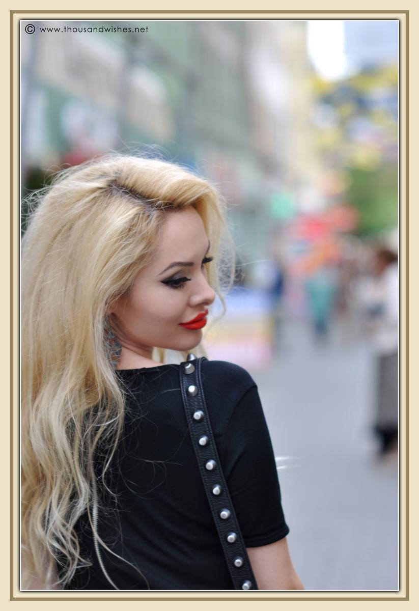 07_blonde_coral_lips_black_dress