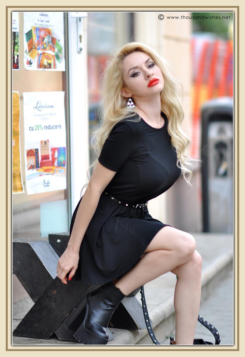 18_blonde_black_chunky_heels_dress