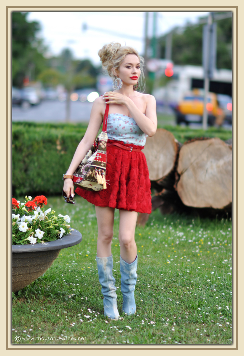 01_red_roses_skirt_jeans_top