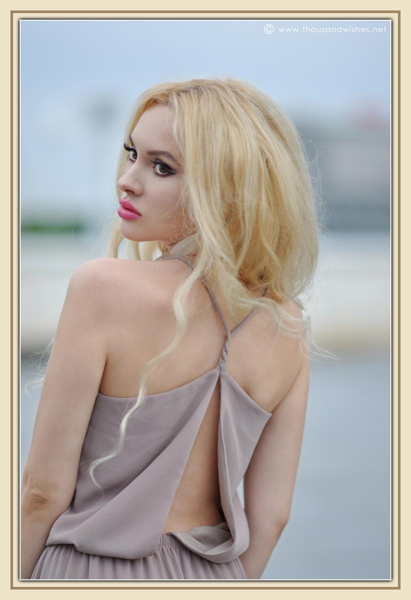 05_beige_long_dress_feather_earrings