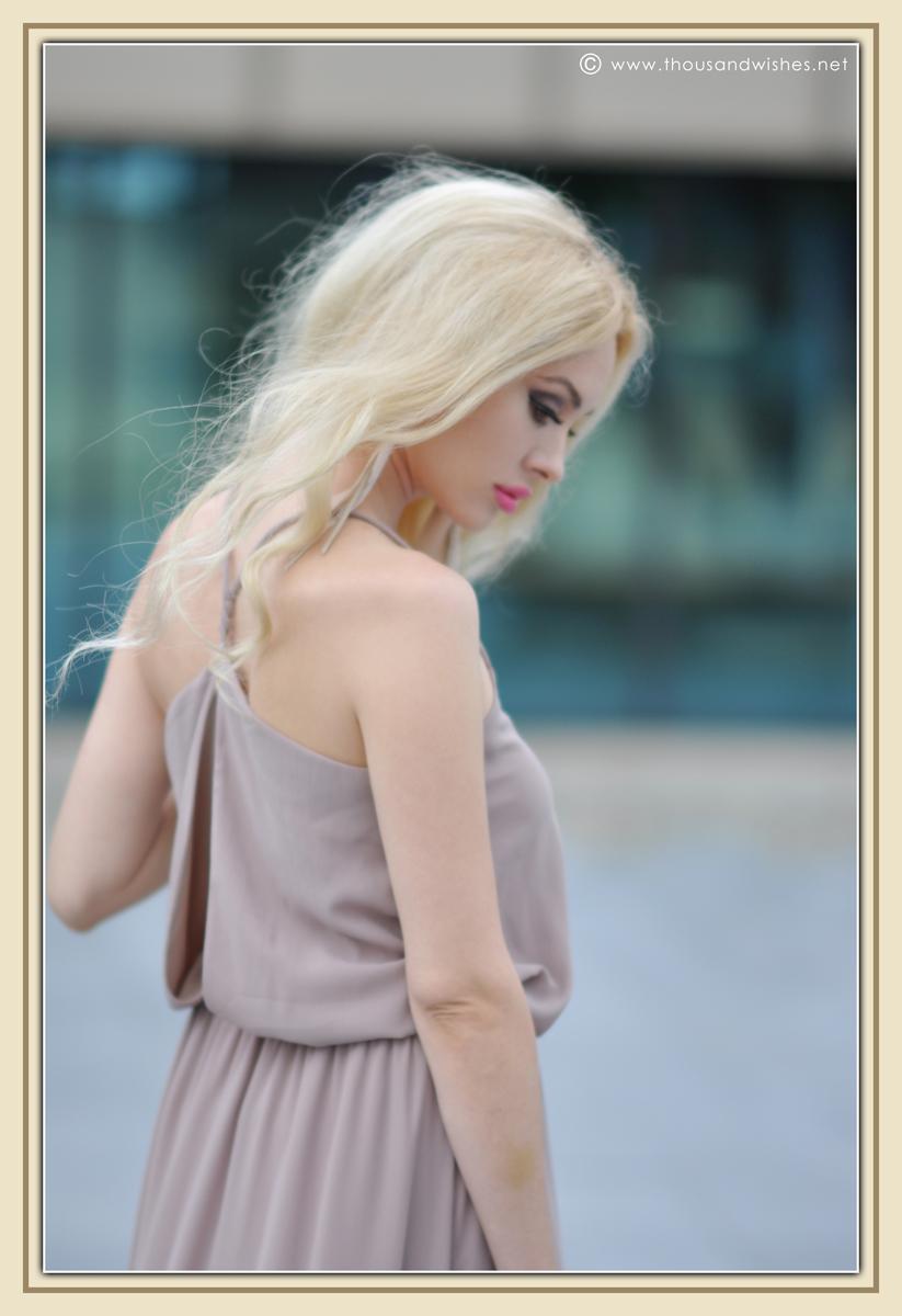 07_beige_long_dress_feather_earrings