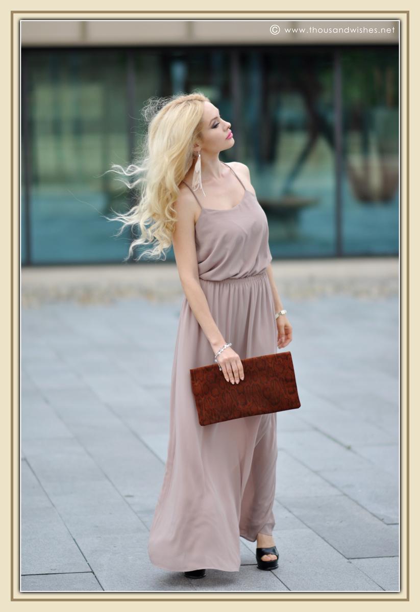 09_beige_long_dress_feather_earrings