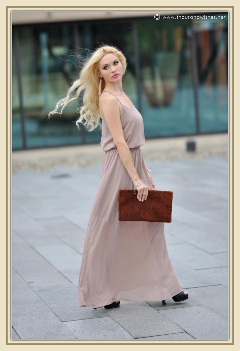 10_beige_long_dress_feather_earrings