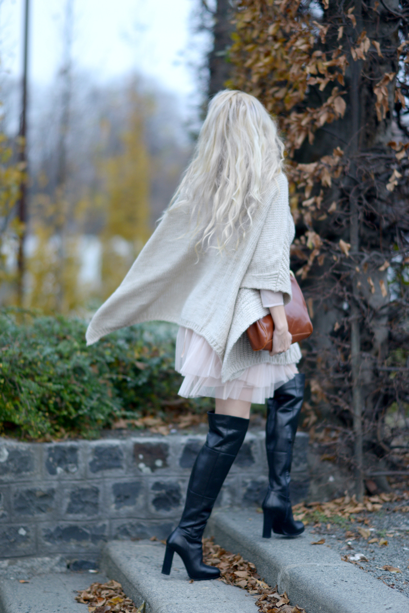 01_knitted_cape_beige_over_the_knee_boots