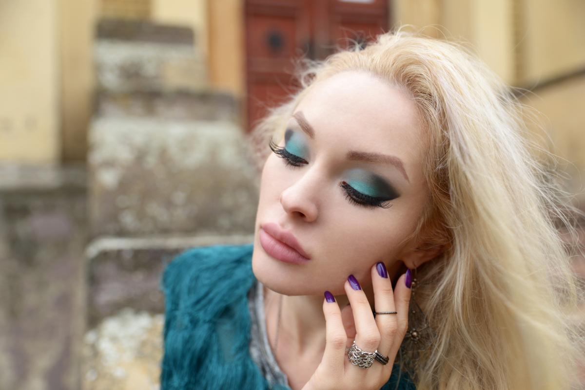01_teal_vest_makeup