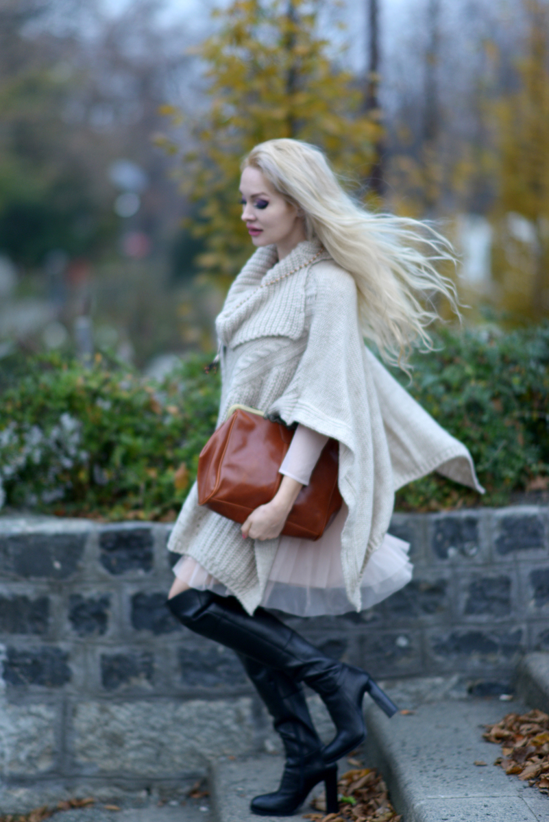 02_knitted_cape_beige_over_the_knee_boots