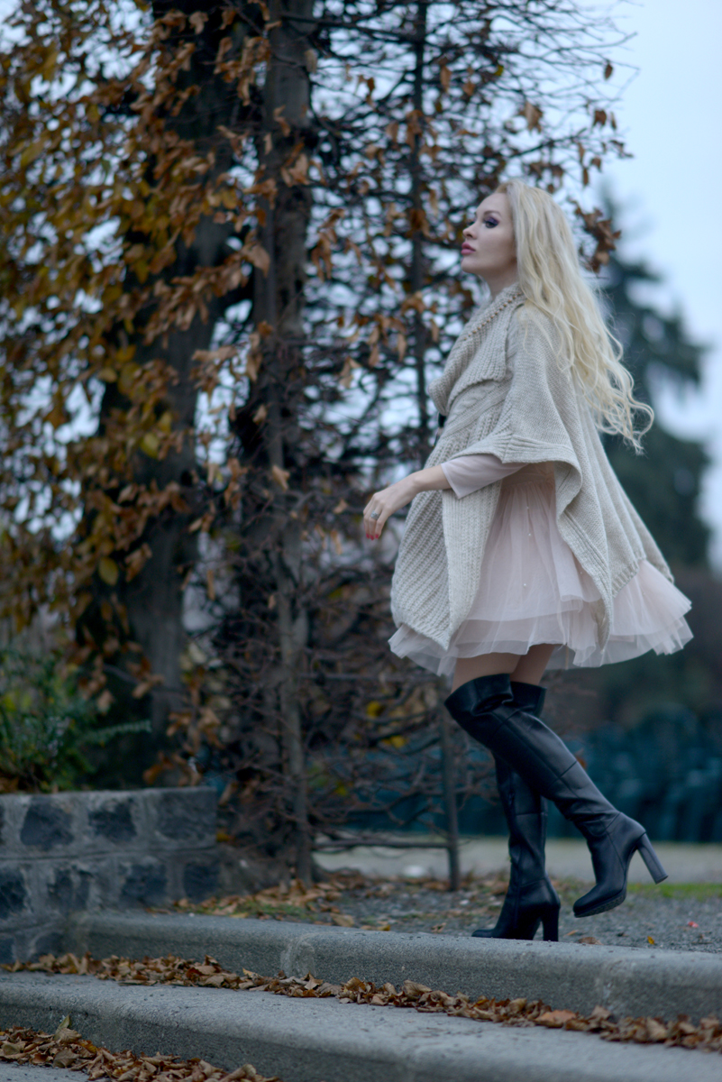 03_knitted_cape_beige_over_the_knee_boots