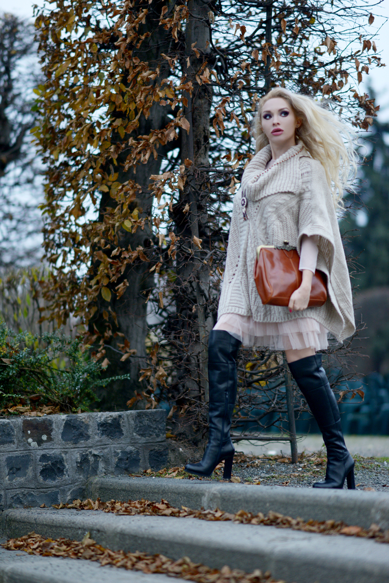 04_knitted_cape_beige_over_the_knee_boots