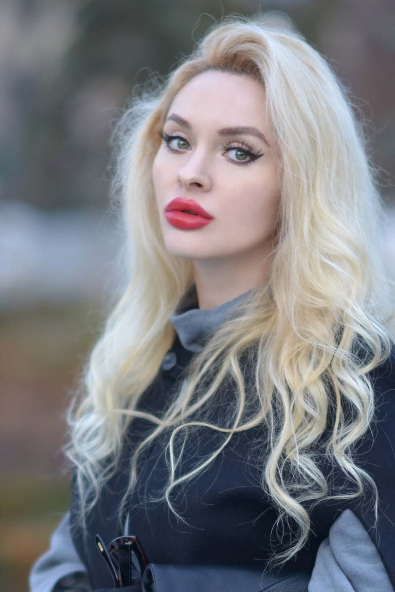 02_black_cape_zara_red_lips