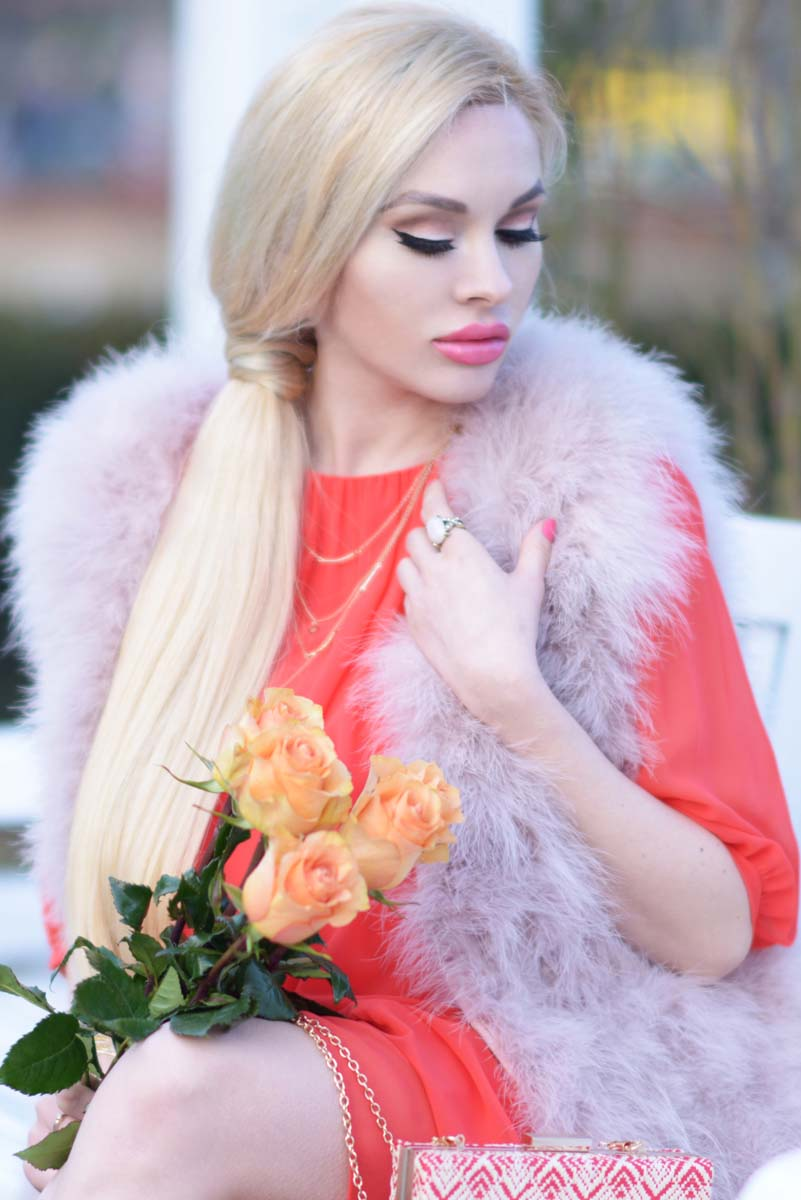 02_coral_dress_dusty_pink_feather_vest