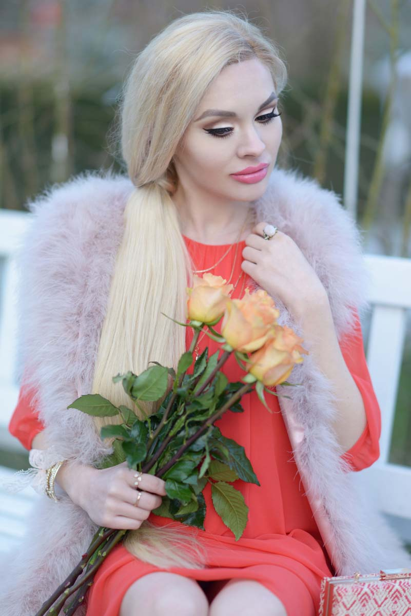 04_coral_dress_dusty_pink_feather_vest