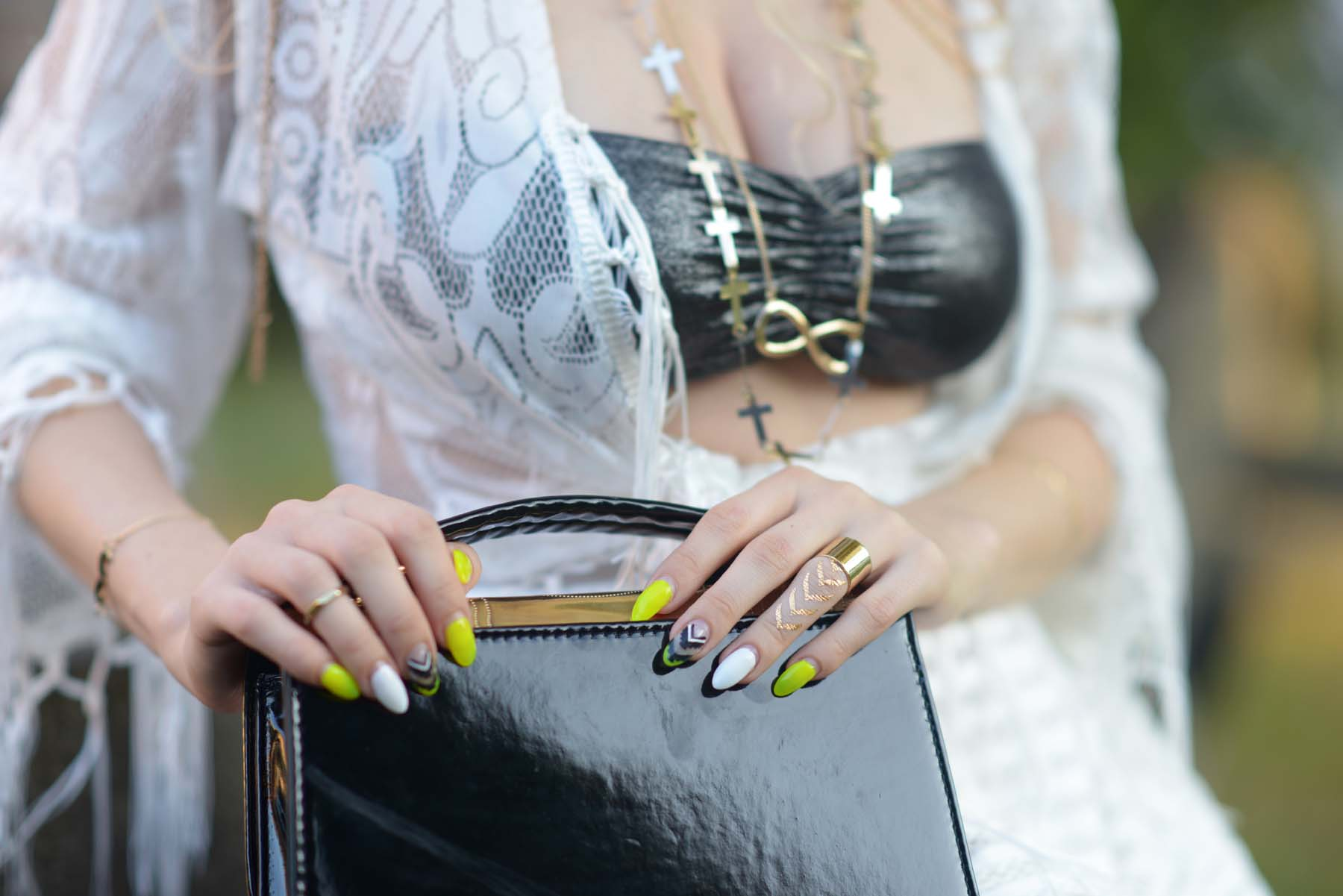 13_flash_tattoos_golden_jewellery