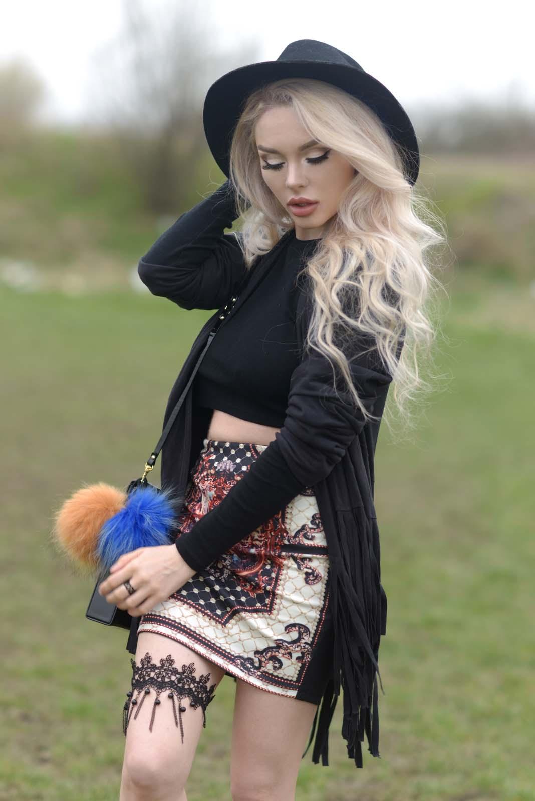 01_vintage_pattern_skirt_black_hat_pompon
