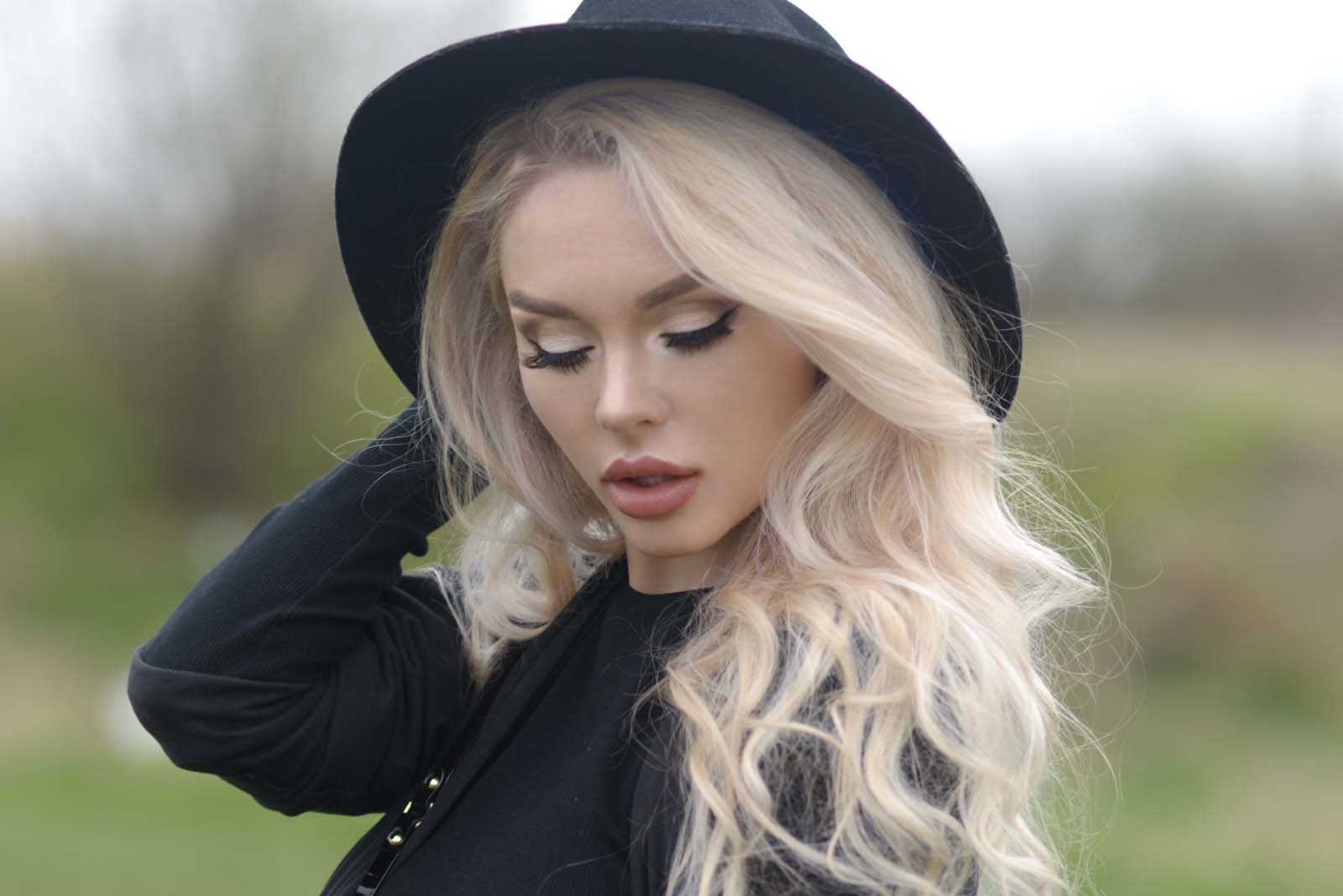 02_vintage_pattern_skirt_black_hat_pompon