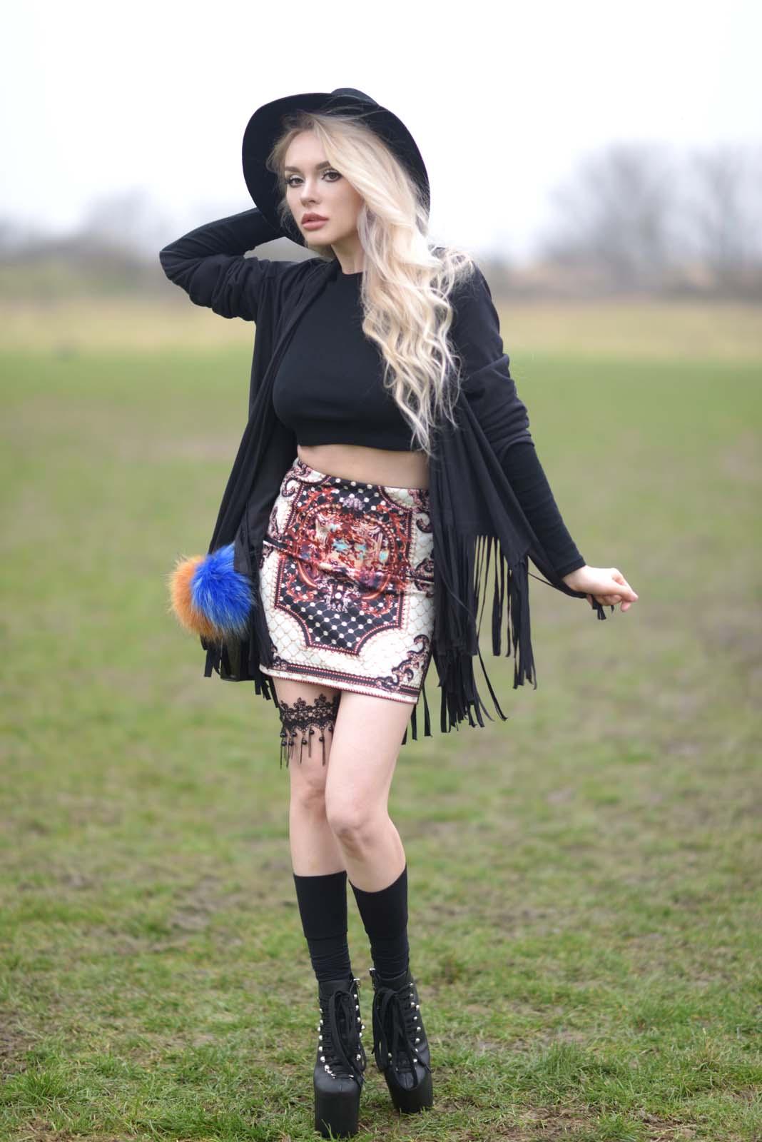 05_vintage_pattern_skirt_black_hat_pompon