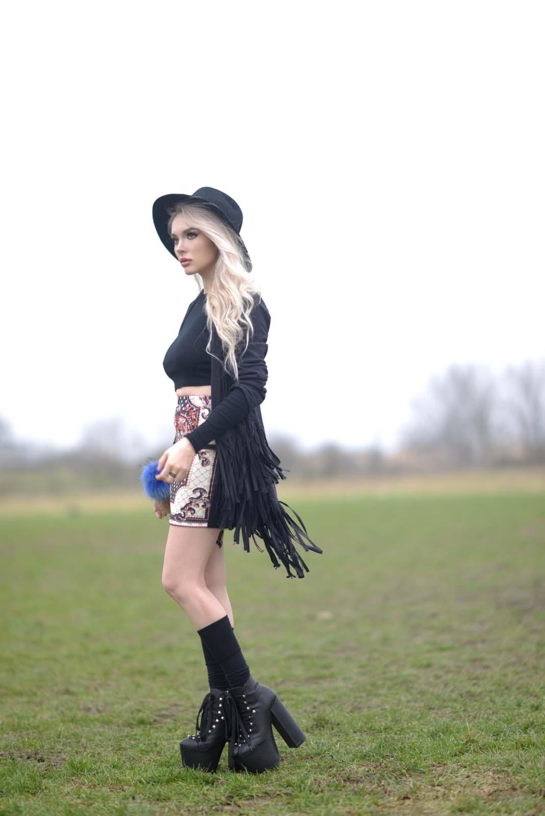 06_vintage_pattern_skirt_black_hat_pompon