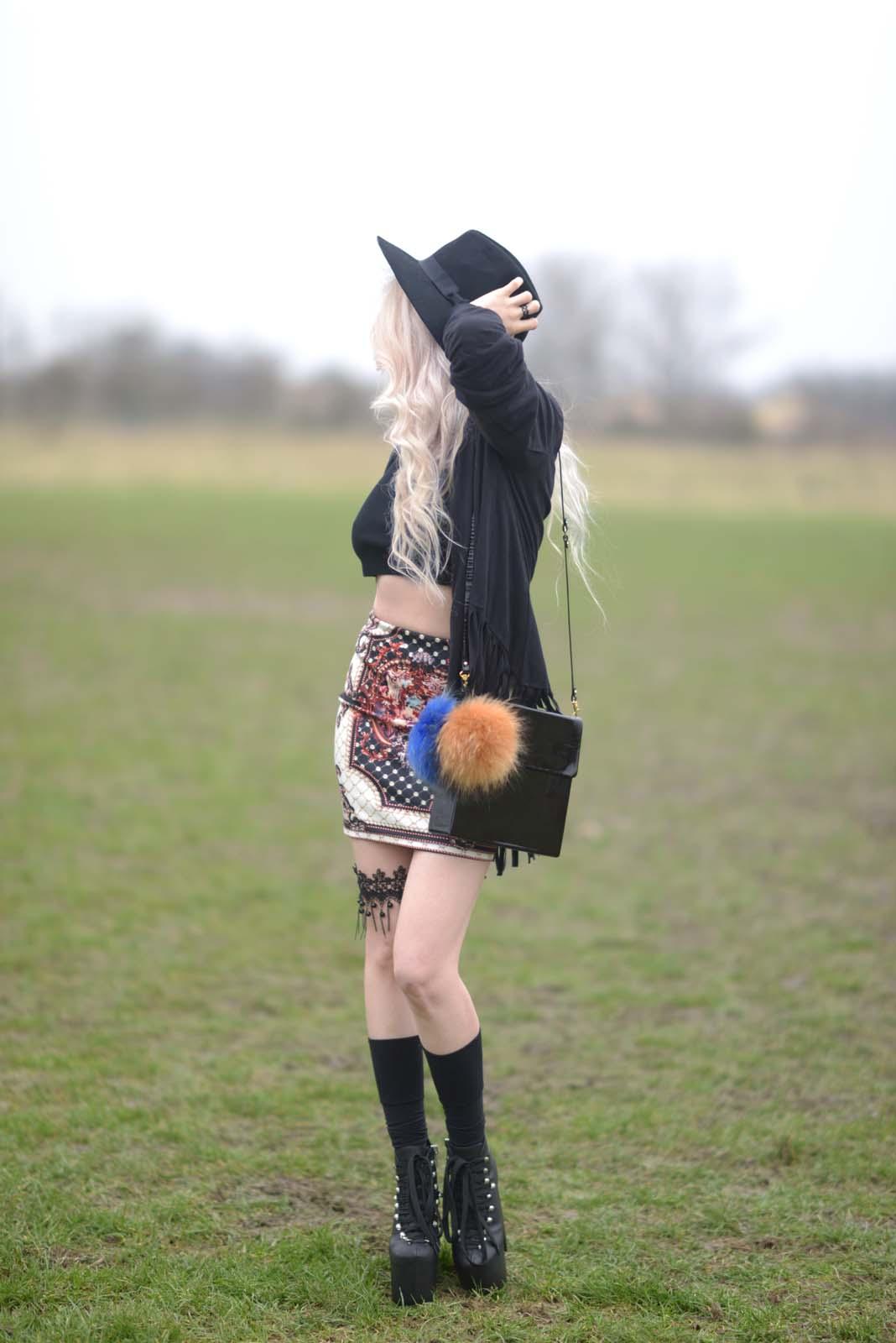 08_vintage_pattern_skirt_black_hat_pompon