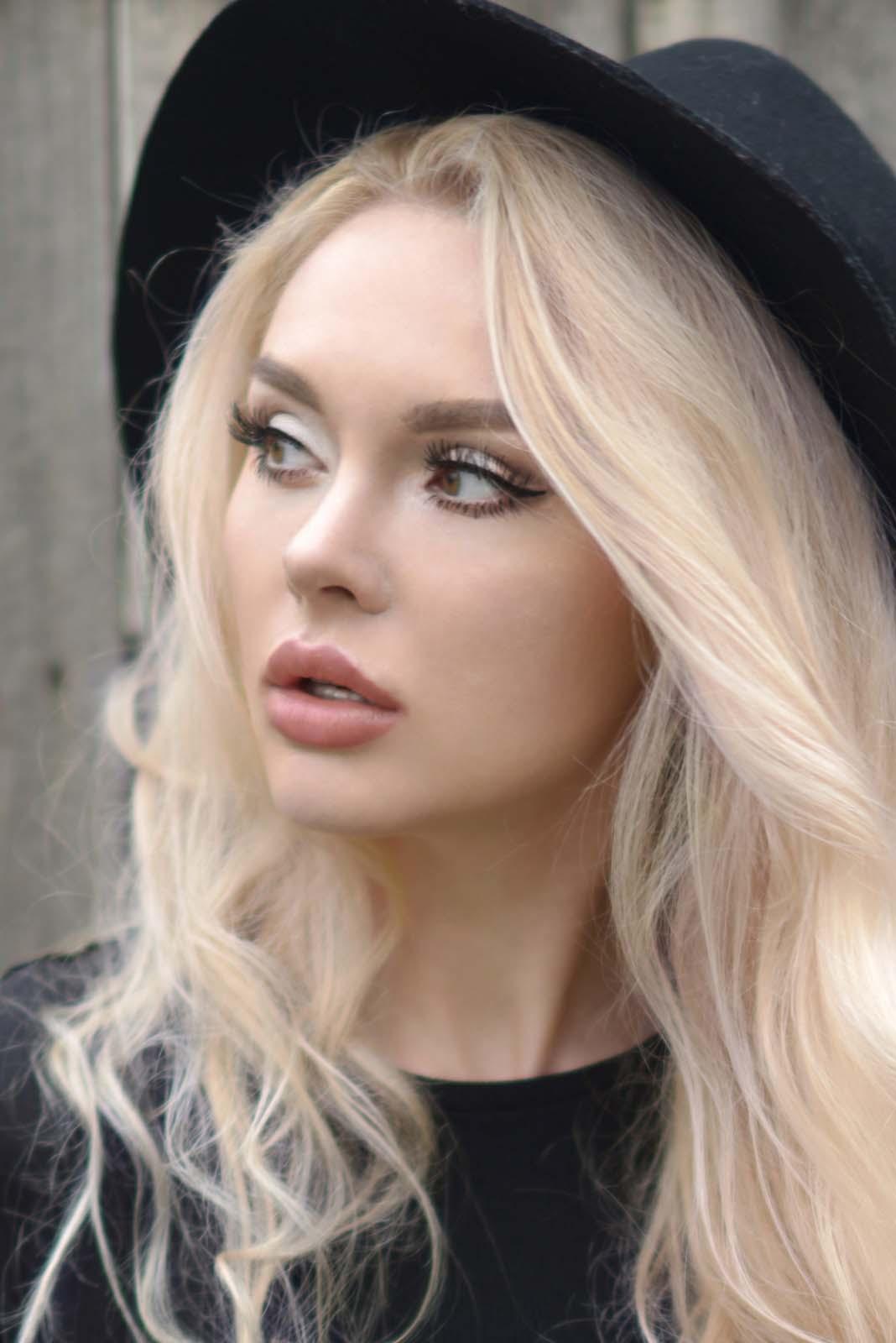 15_vintage_pattern_skirt_black_hat_pompon