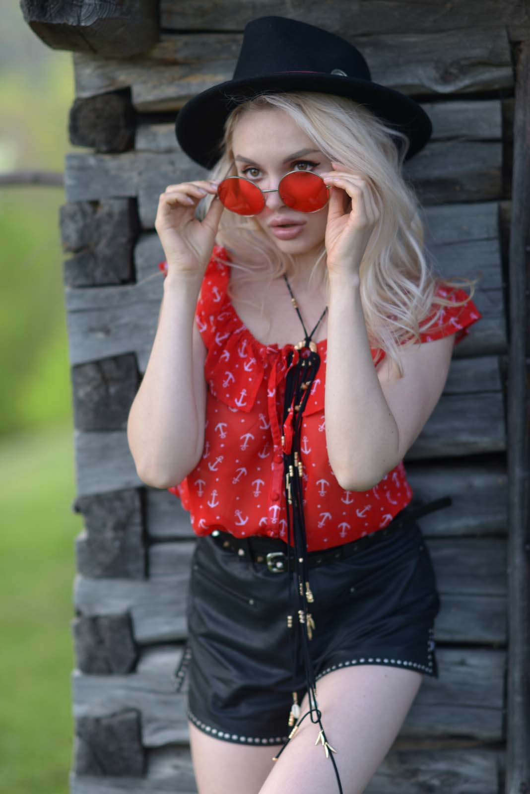 41_red_black_outfit_glasses_mountain_country